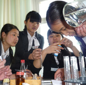 Pupils conduct an experiment in a natural sciences class in Kyrgyzstan. © GIZ