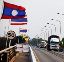 Laos. Cross-border trade on the Lao-Thai Friendship Bridge (Bild: Lucas Wahl) © GIZ