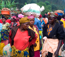 Rwanda. Market day in the north-east. Better public services are of particular benefit to the local population. (Bild: Claudia Wiens) © GIZ