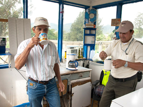 A good start to the day consists of a cup of strong highland coffee and a chat with a colleague in the guardhouse at the pig breeding farm.