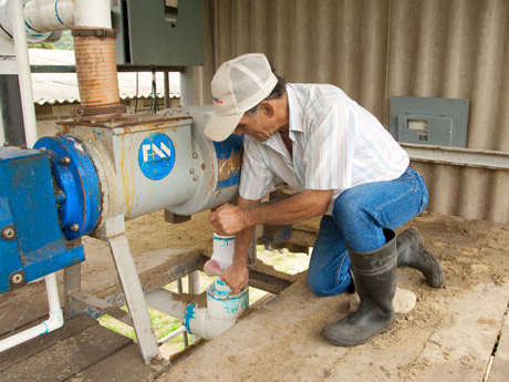 Cantillo flicks the switch: the Costa-Rican is happy that things have quietened down at the village thanks to the biogas plant.
