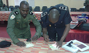 Niger. Police officers attend a training course on forged documents. © GIZ