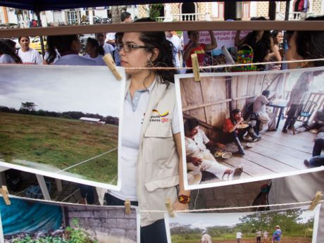 GIZ supports governmental and non-governmental agencies in the southern Colombian city of Florencia to better care for the conflict victims. On the memorial day for the victims, GIZ presented its work with a photo series.